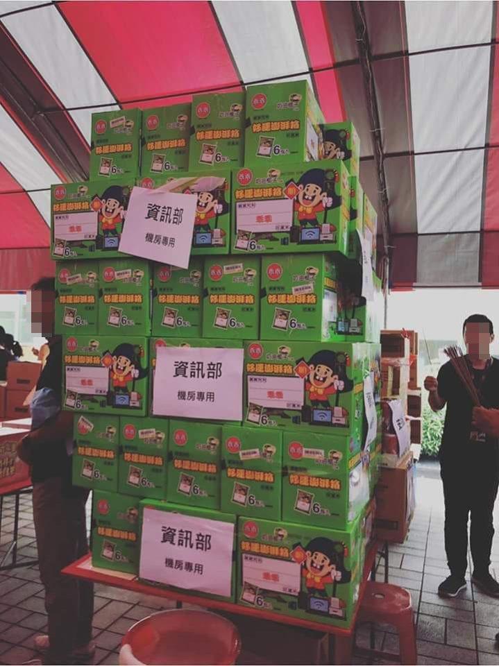 有網友貼出一張某公司資訊部普渡時的照片,只見供桌上堆了數十盒的綠色乖乖祭拜,讓網...