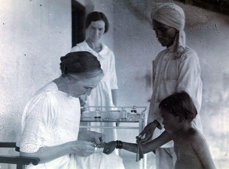醫學傳教士Isabel Kerr為漢生病患注射大風子油,攝於1926年,印度海得拉巴維多利亞麻風病中心。 圖/維基共享