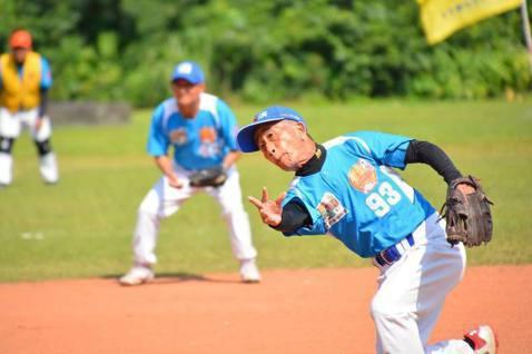 透過更安全、彈性的規則讓長輩有機會接觸棒球,走出家門養成固定運動的習慣。 圖/弘...