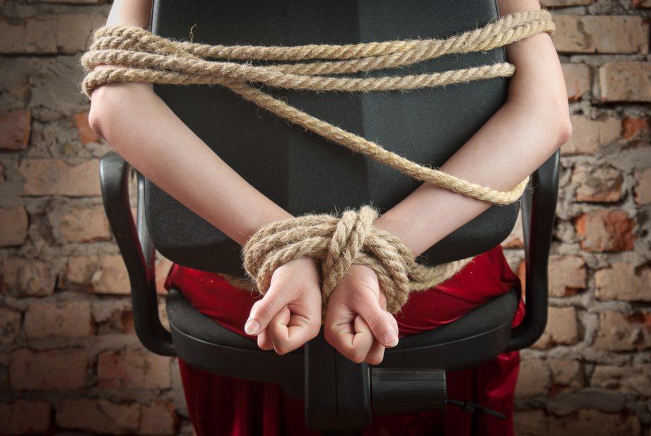 警方表示,兩人在路上遭到3名男子襲擊,女生遭強行擄走性侵。圖取自ingimage