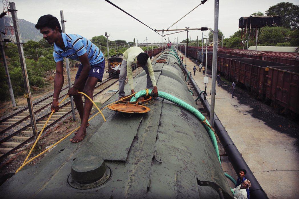 從喬拉爾佩特到清奈,每日都有「水罐列車」將250萬公升的水,送往應急。圖為工作人...