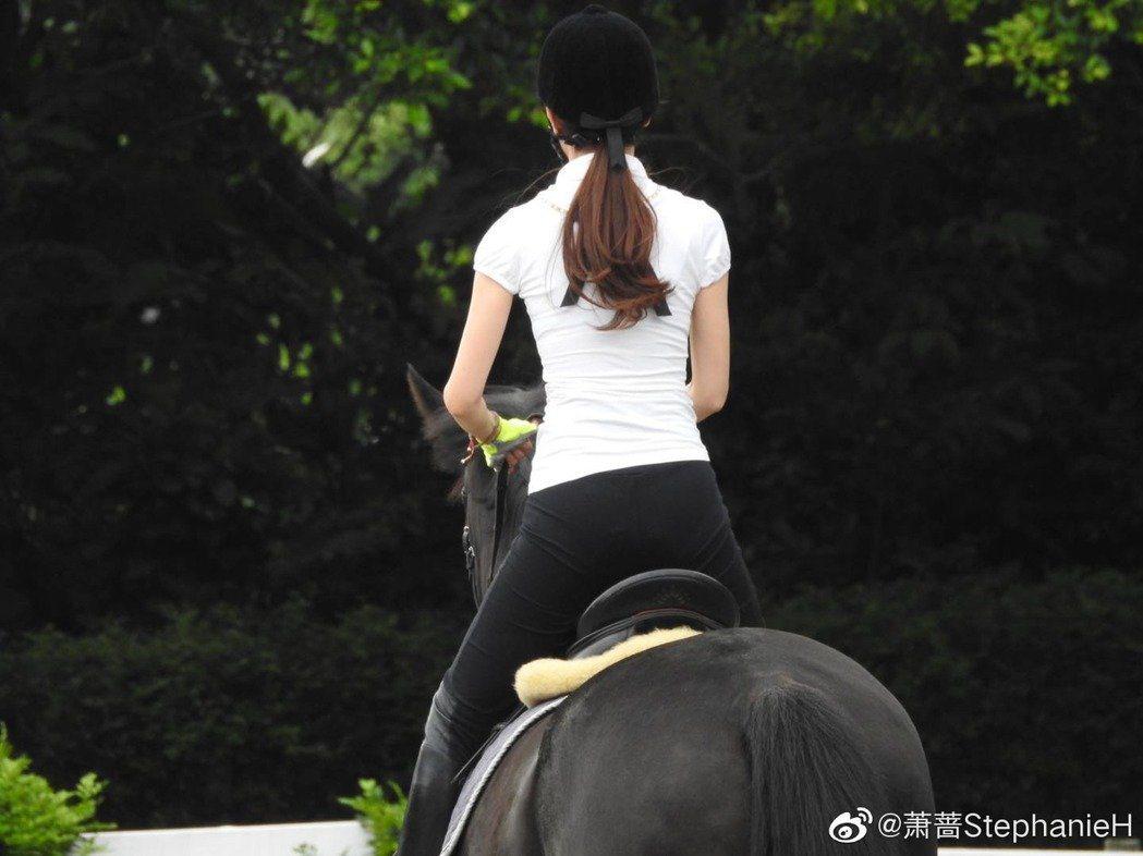 之前蕭薔在微博曬出騎馬照,她纖細手臂與側面S曲線,讓網友驚嘆。圖/擷自weibo...
