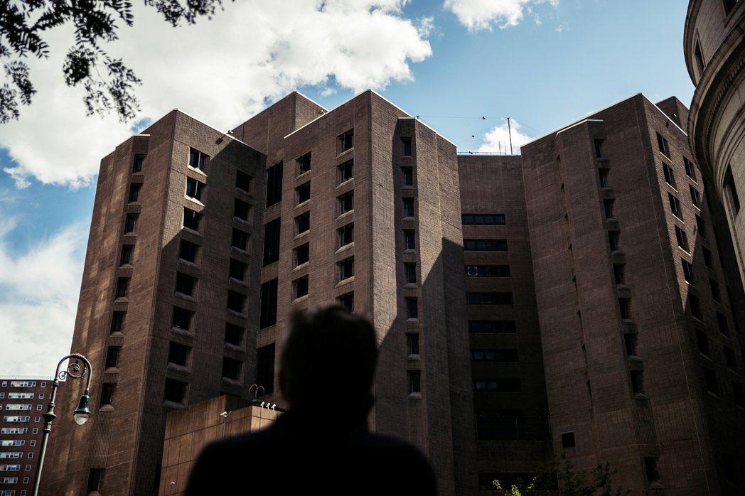 艾普斯坦身亡的問題也再次突顯了監獄管理的弊病。關押艾普斯坦的紐約曼哈頓大都會懲戒...