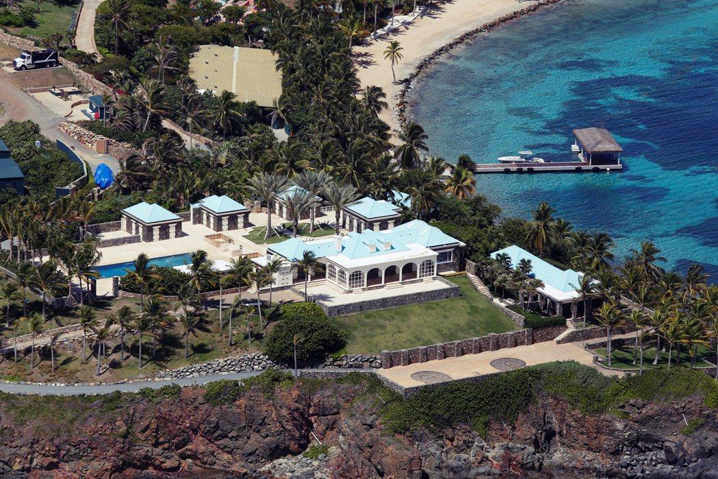 艾普斯坦在美屬維爾京群島擁有一座私人島嶼小聖詹姆斯島(Little St. Ja...
