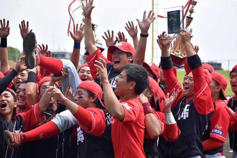 拿下首個宮崎縣與首次都市野球對抗大會出賽權,全隊都興奮不已。 圖/梅田學園提供