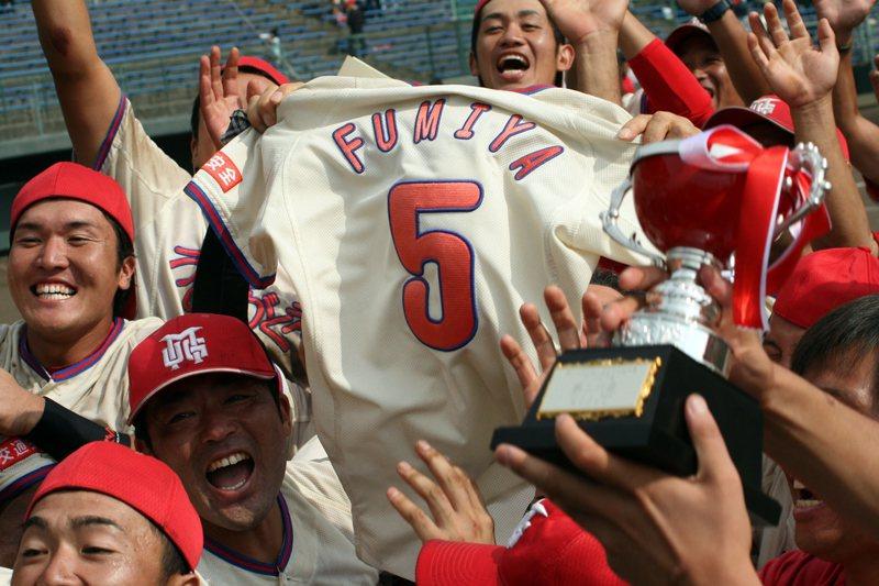 每當拿下勝利時,梅田學園球員總會將郁也的球衣高高舉起慶祝。 圖/梅田學園提供