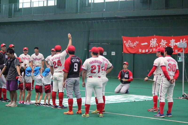 「一勝無事故」梅田學園定期舉辦棒球講座同時,也會帶領孩子們宣導交通安全。 圖...