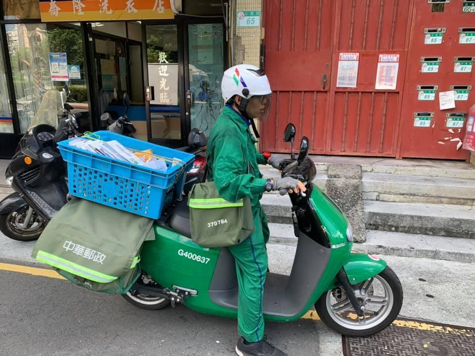 北投一名女網友昨天外出時看到有郵差騎著Gogoro送信,讓她開心的要求拍照,郵差...