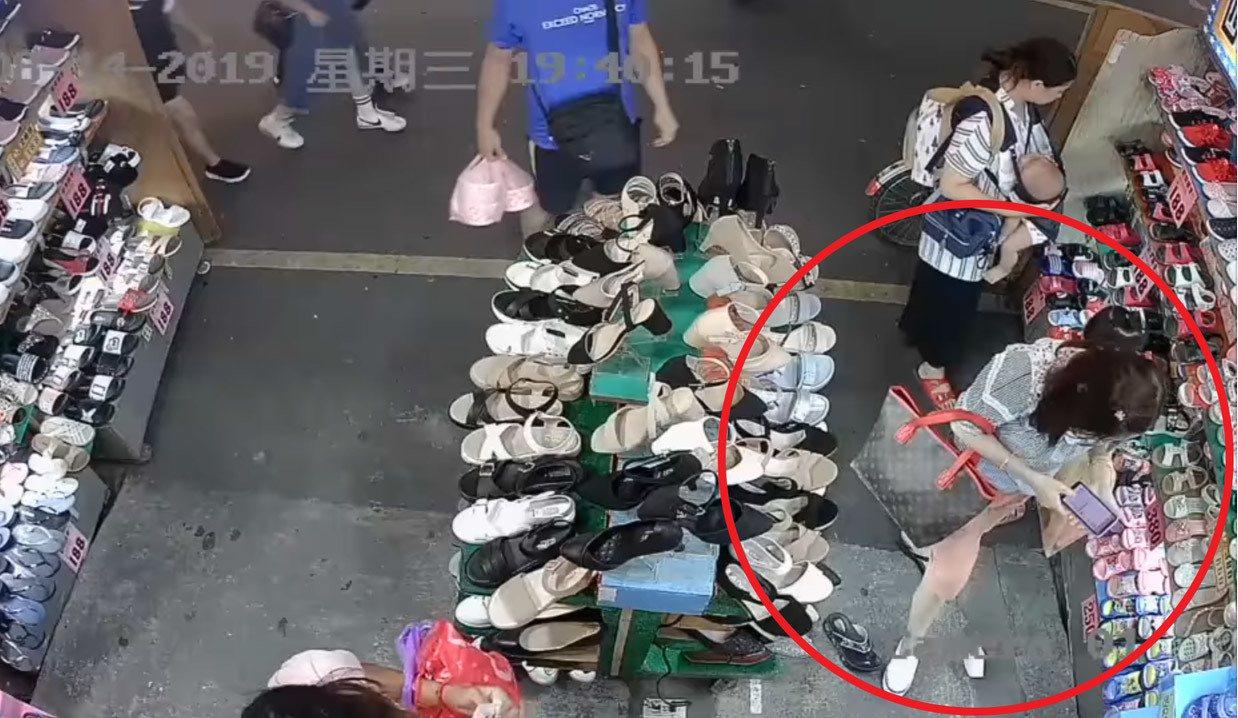 一名婦人至鞋店內佯裝購物,趁店員招呼其餘客人時,偷竊一雙白色真皮休閒鞋。圖擷自/...