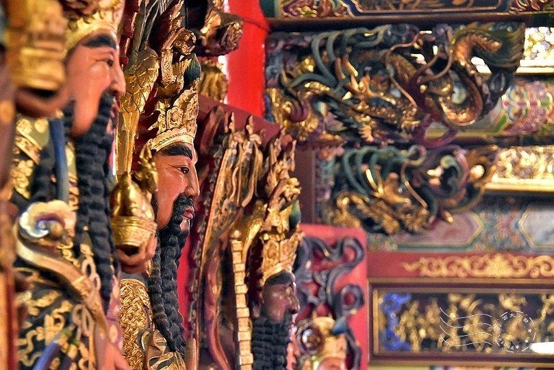 廟門精緻神像雕刻