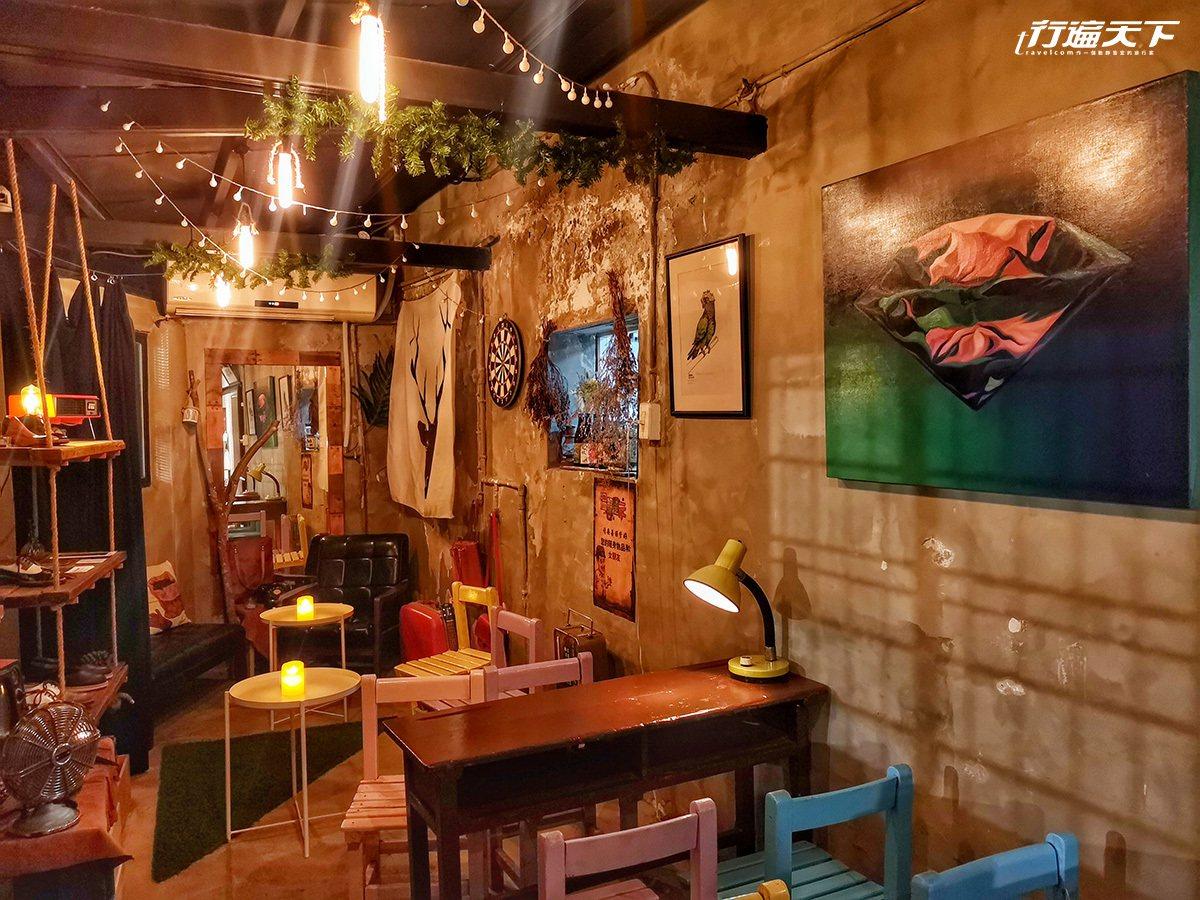 用國小廢棄課桌椅加工上色當作餐椅,接近原始牆面顏色粉刷。