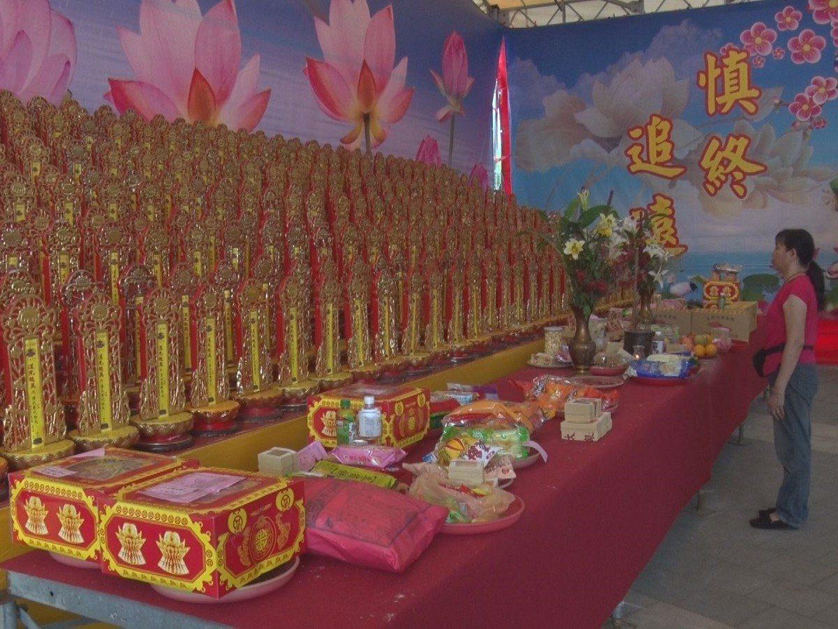 三重區先嗇宮慶讚中元共有2萬多斤白米及2千多份供品,普渡後也會將信眾沒領回的供品...