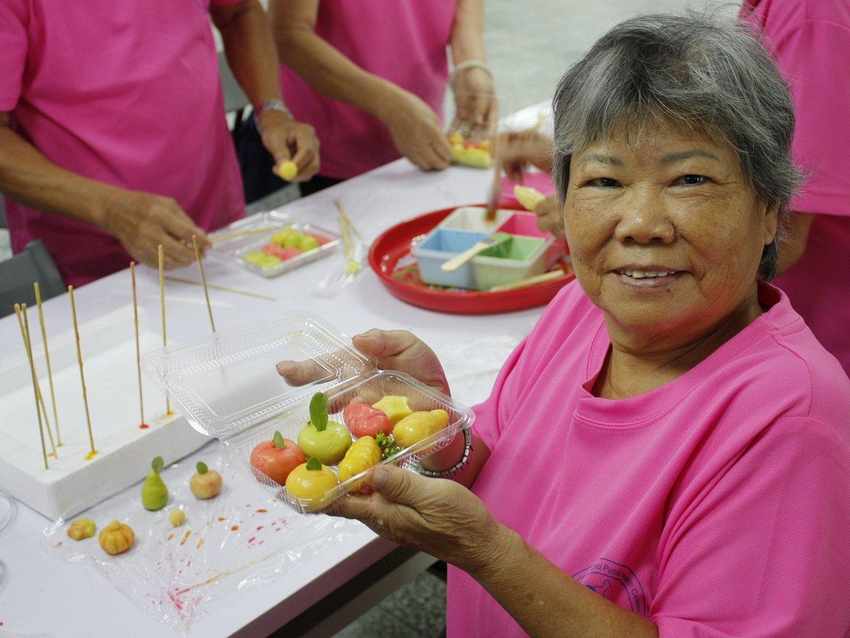 貢寮新住民利用綠豆泥混和椰奶,捏塑出各種蔬果造型,長輩們發揮創意跟手工藝,玩得好...