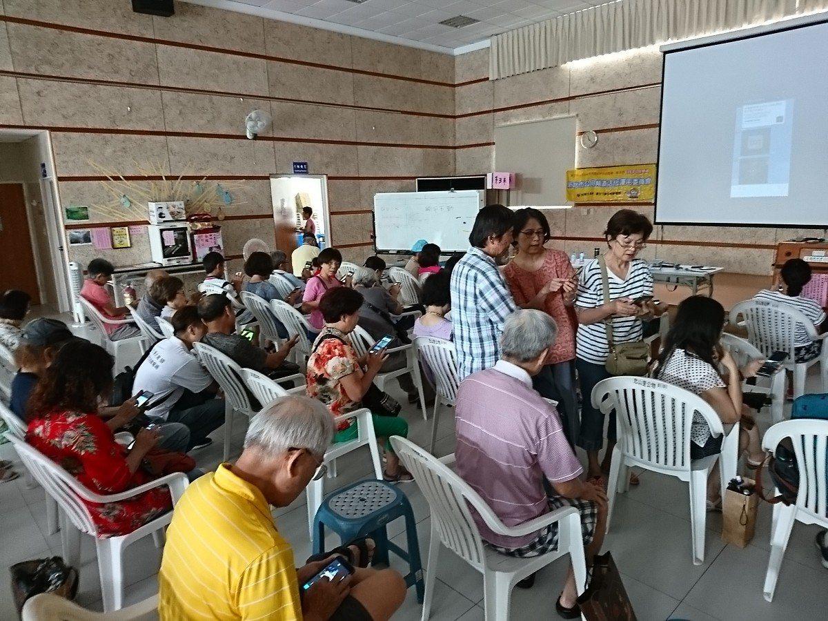 新北CH3影像製作學堂,在汐止的忠山市民活動中心開課,長輩學習用手機拍照、錄影等...