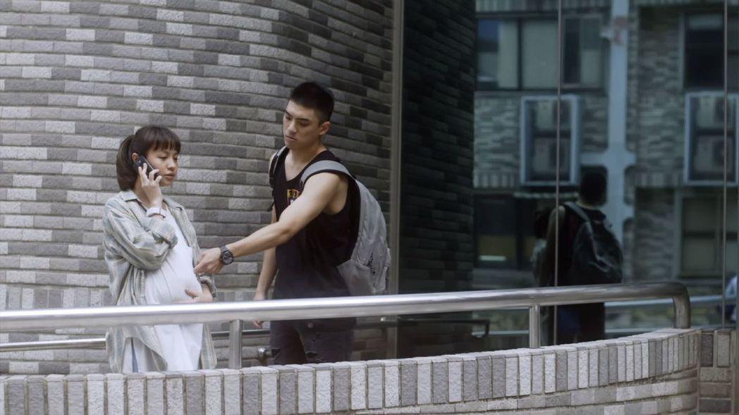 黃姵嘉(左)搞笑扮孕婦,林哲熹逗趣摸肚。圖/衛視中文台提供