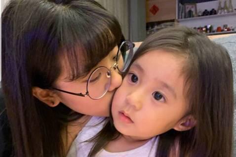 賈靜雯與修杰楷的女兒咘咘過4歲生日,賈靜雯曝光「戒奶蛋糕」照,之前出席活動時也透露,慶生派對之後,就送姊姊「梧桐妹(Angel)」回上海,咘咘、Bo妞在機場大哭,Angel在IG上祝賀妹妹生日快樂,...