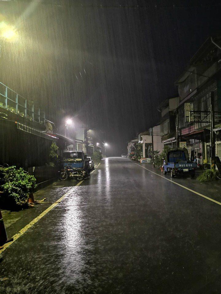 高雄山區昨夜至今晨豪雨未停,今晨宣布六龜區同樣停止上班上課。記者徐白櫻/翻攝