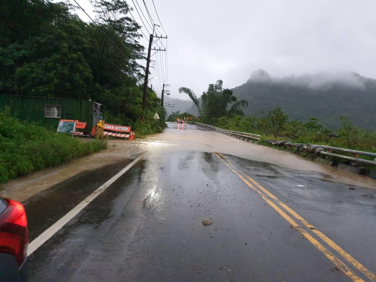 台27線六龜新發路段有山溝溪水灌入,目前可勉強通行。記者徐白櫻/翻攝