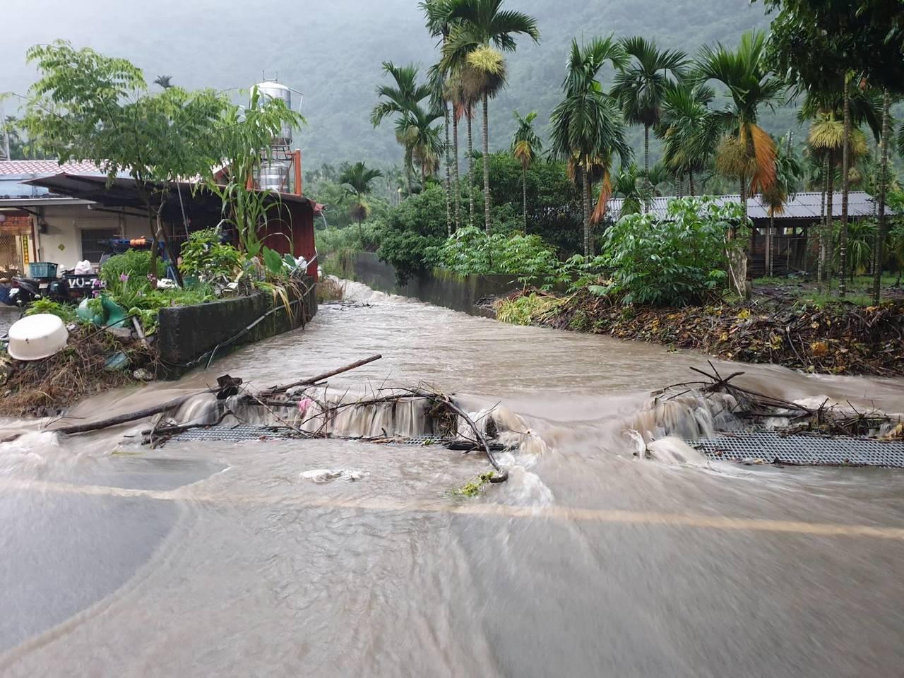 六龜全區31條溪流發布土石流紅色警戒,山溝溪水暴漲。記者徐白櫻/翻攝