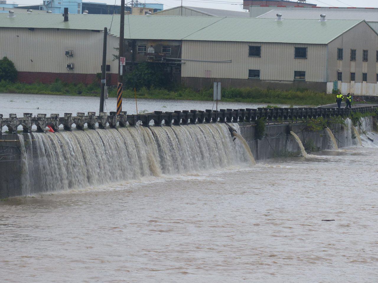 彰化市大埔截水溝因農田積水傾瀉,形成一排長約50公尺瀑布,夾雜隆隆水聲,十分壯觀...