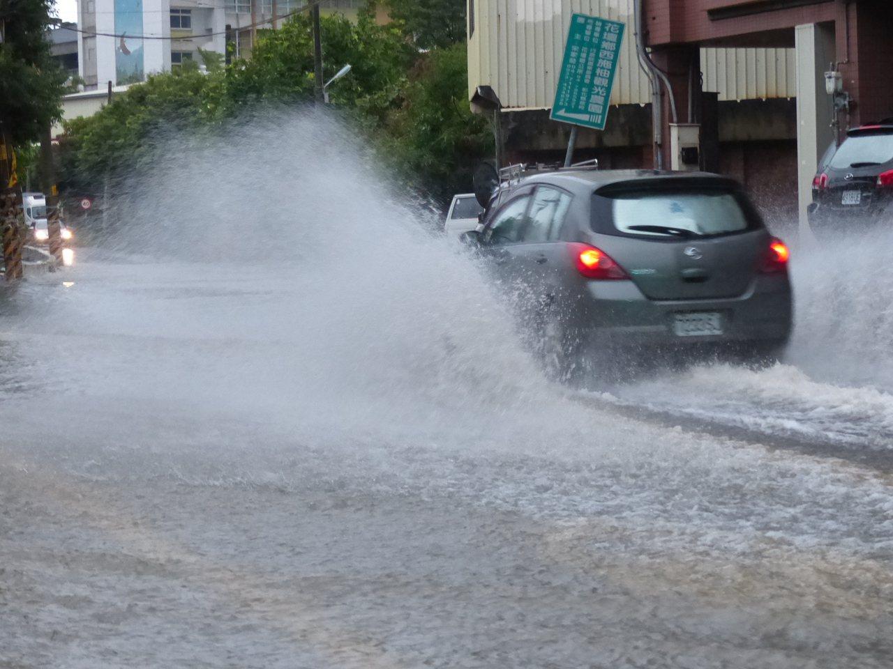 一夜豪雨,造成彰化縣花壇鄉彰員路3段大淹水,到今天清晨仍是積水不退,車輛通行如水...