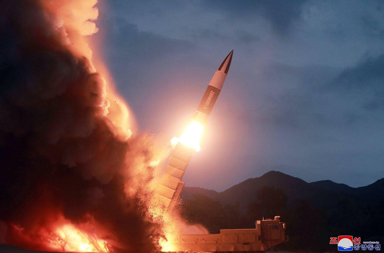 北韓16日再度發射兩枚不明飛行物,圖為北韓提供8月10日發射短程彈道飛彈的照片。...