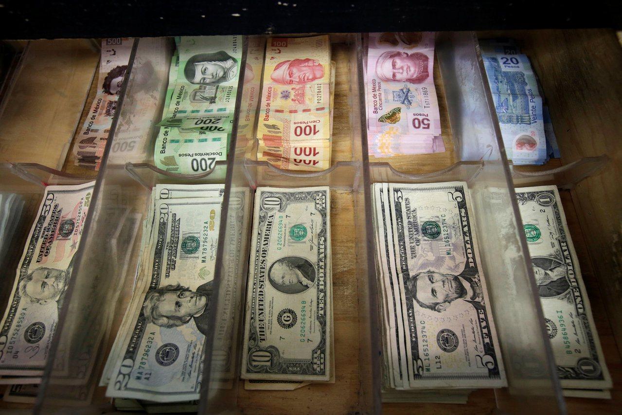 墨西哥央行周五降息1碼,五年來首度調降利率。 路透