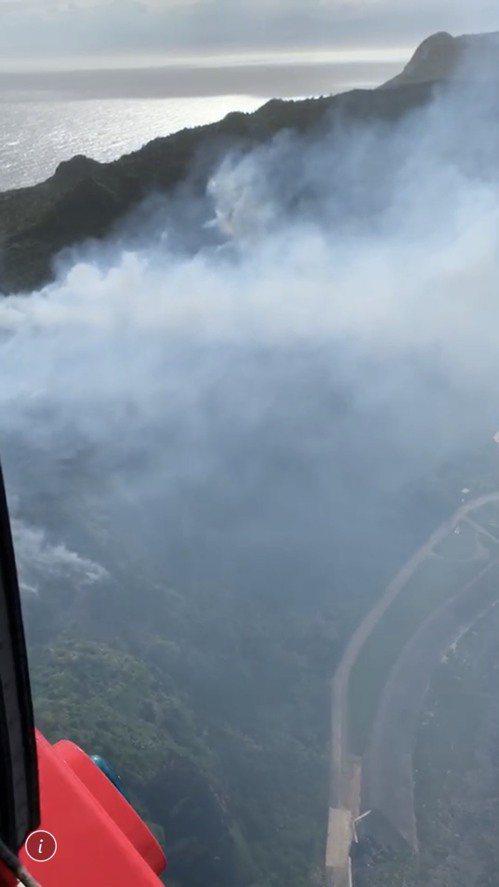花蓮空勤直升機昨出動到台東綠島救災,從空中畫面可看到,陣陣濃煙不斷冒出,相當驚人...