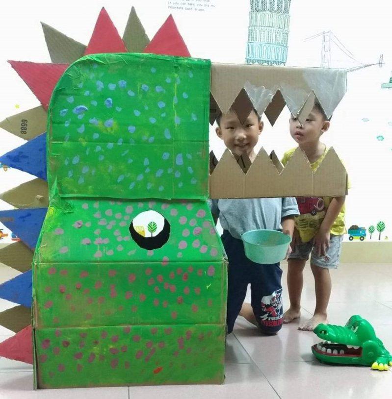 屏東建國國小明天將舉行百龍運動會,親子合力製作的70隻恐龍將在會中大集合。圖/建國國小提供
