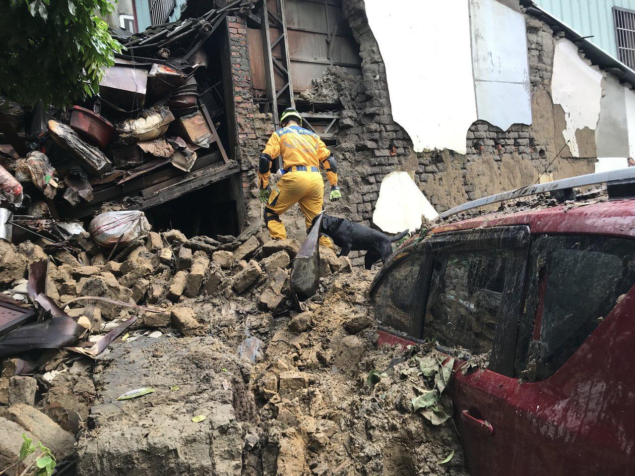 台中市昨夜降雨造成潭子一間土角厝坍方,消防隊派出搜救犬「腿腿」現場搜尋有無人員受...