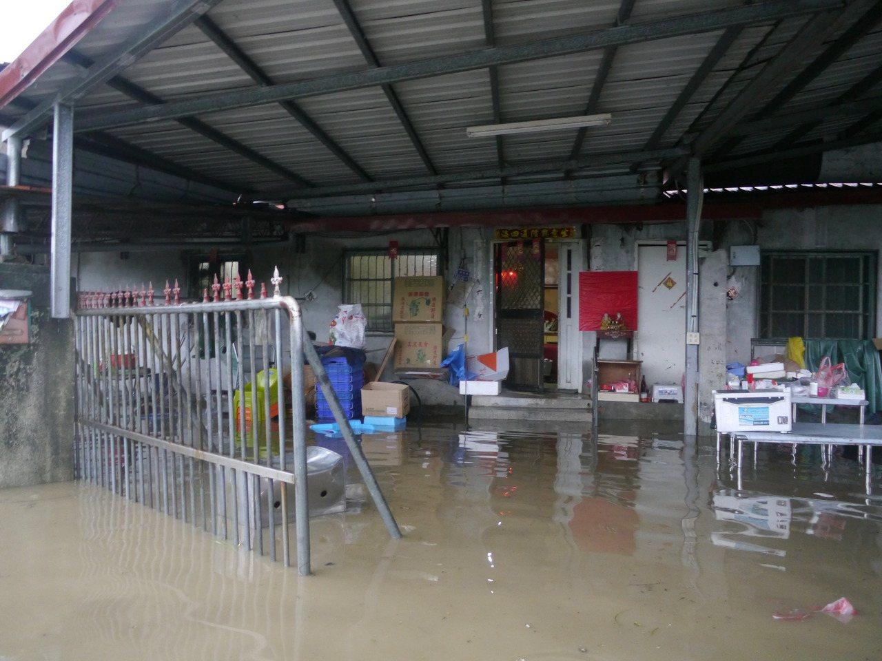 豪雨宣洩不及,美濃福美路旁民宅淹水及膝。記者徐白櫻/攝影