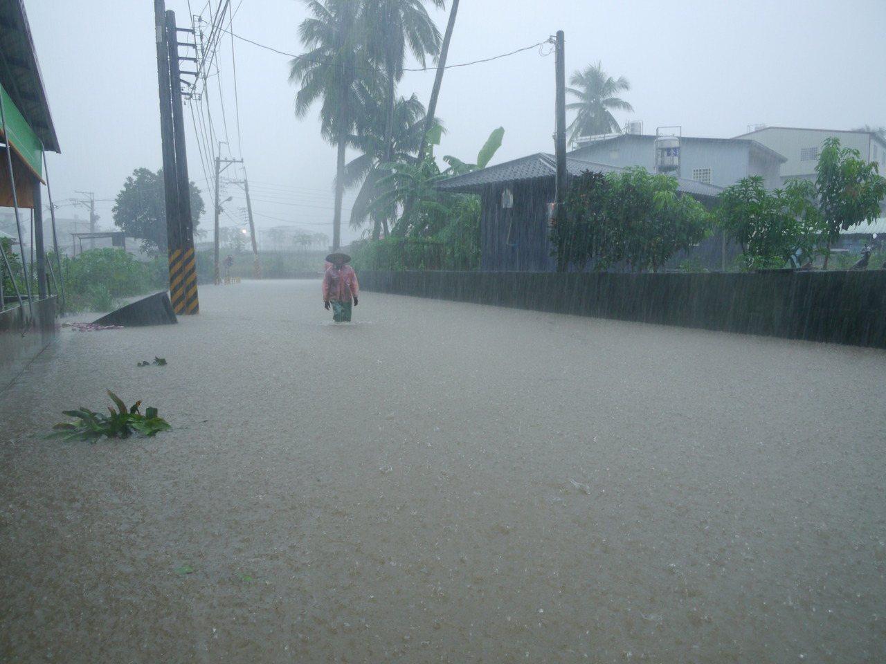 高市美濃區福美路低窪路段出現路面積水。記者徐白櫻/攝影