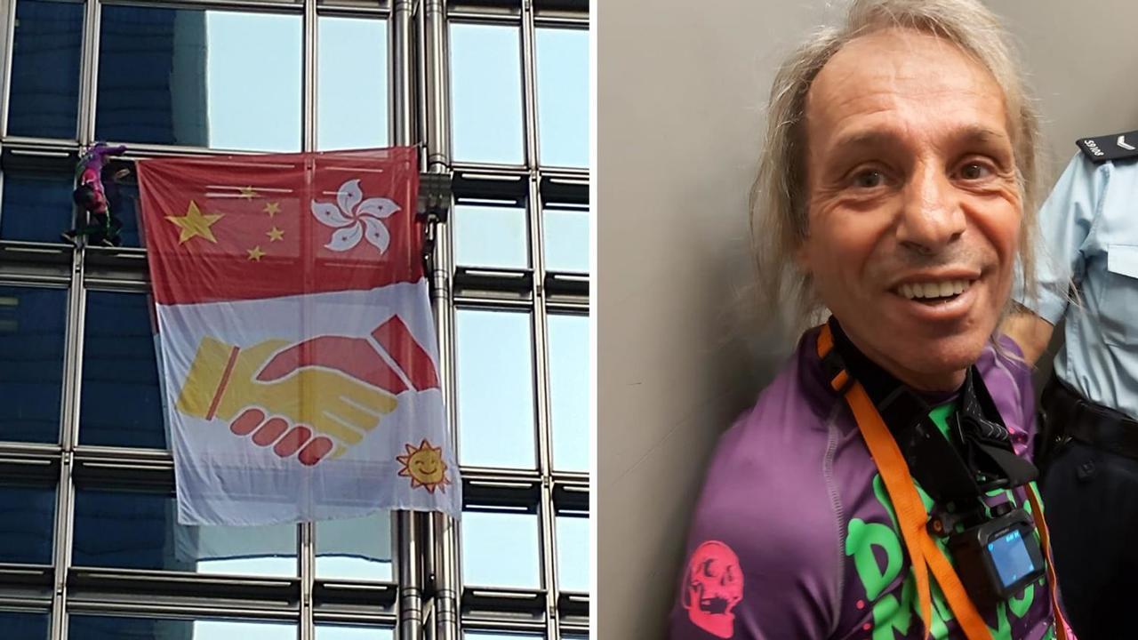 阿蘭羅伯特徙手爬上長江中心,於近58樓位置掛上一幅印有大陸和香港特區圖案的旗幟。...