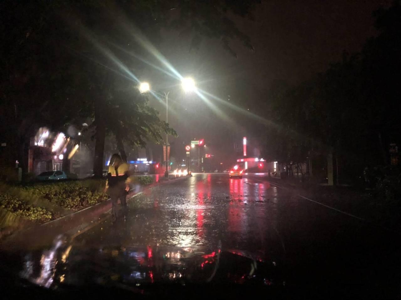 台中市今晨降雨,南屯區公益路與河南路口一棵路樹倒塌,2名員警徒手將路樹從路中央搬...