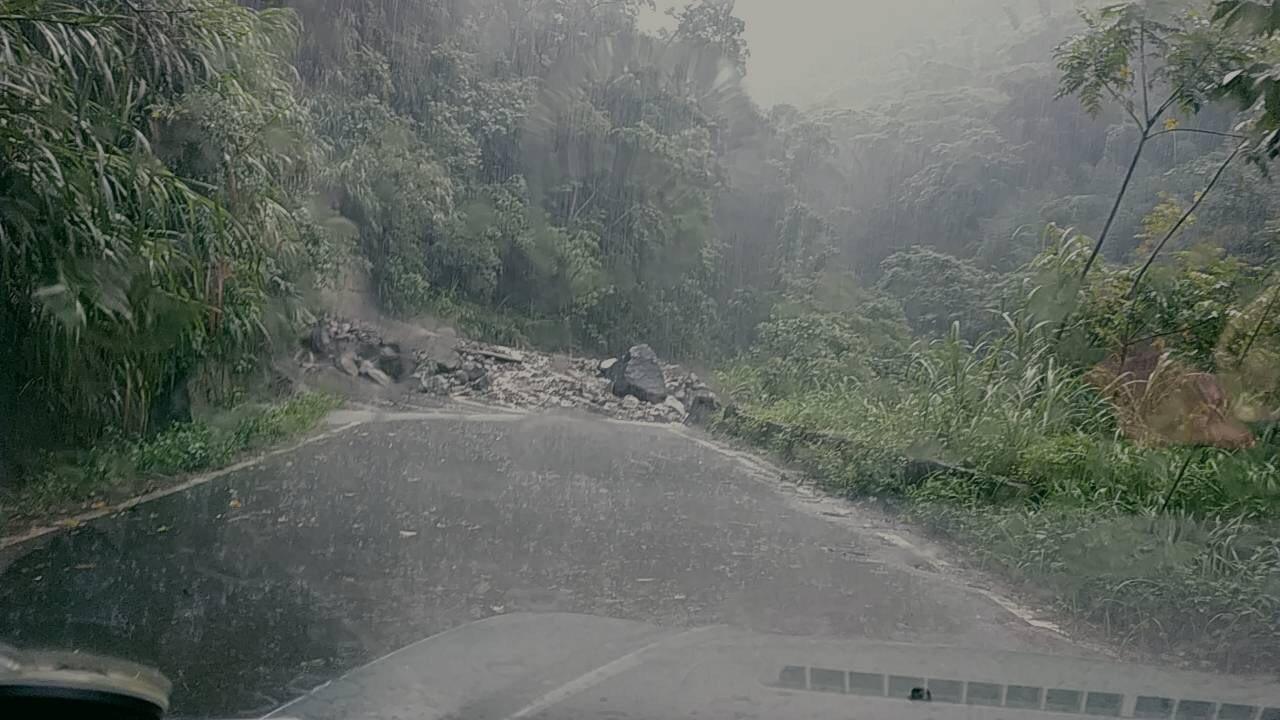 嘉義129縣道因今天上午土石坍方,道路已封閉。記者卜敏正/翻攝