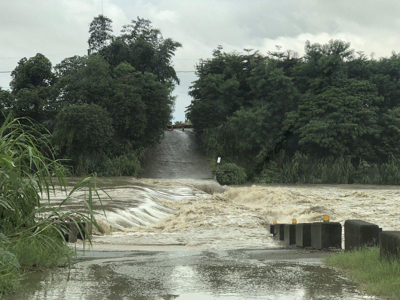 嘉義牛稠溪浮水橋因為水位太高已封閉。記者卜敏正/翻攝