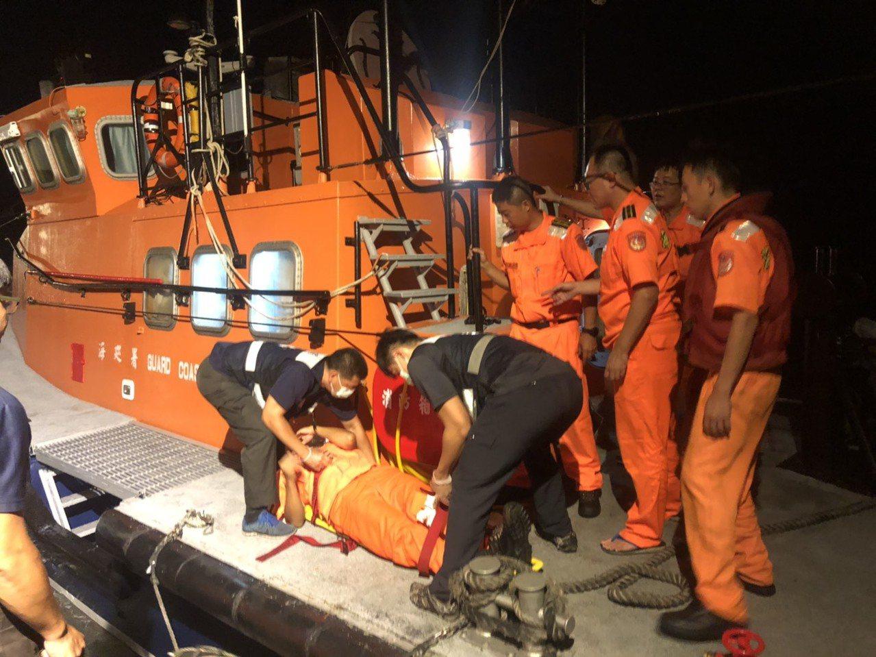 金門海巡隊幹員深夜賣命跳船登檢大陸漁船,因重落地,造成有2幹員膝蓋骨受到輕重傷,...