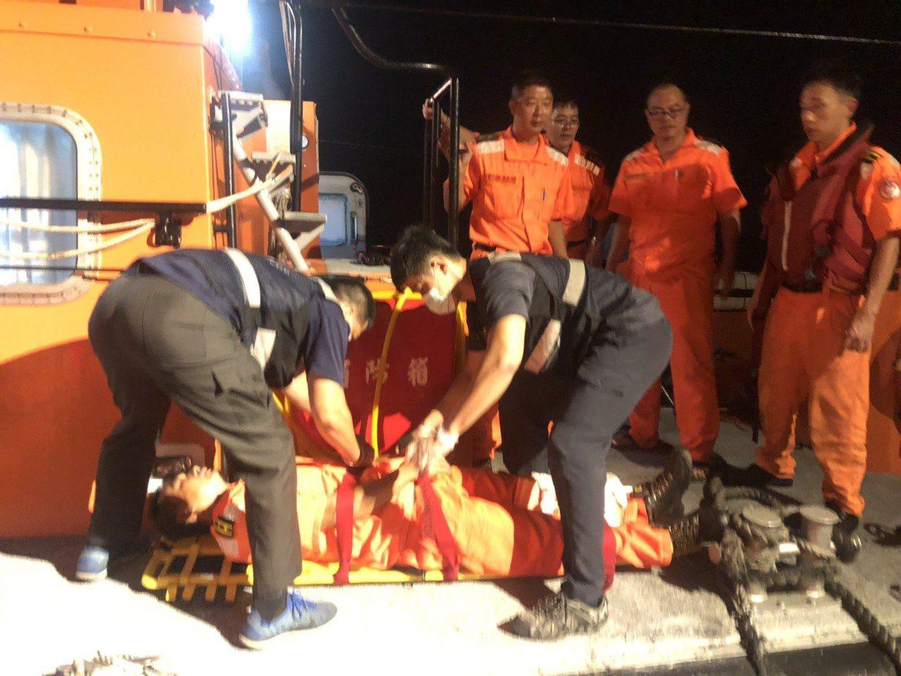 金門海巡隊巡防艇日前在復興嶼南4.5浬處海域,有幹員因跳船登檢非法越界捕魚的大陸...