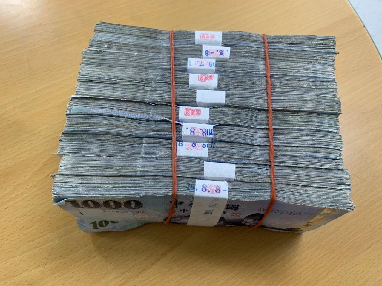 劉婦拾獲的詐騙車手掉落的100萬元。記者林保光/翻攝