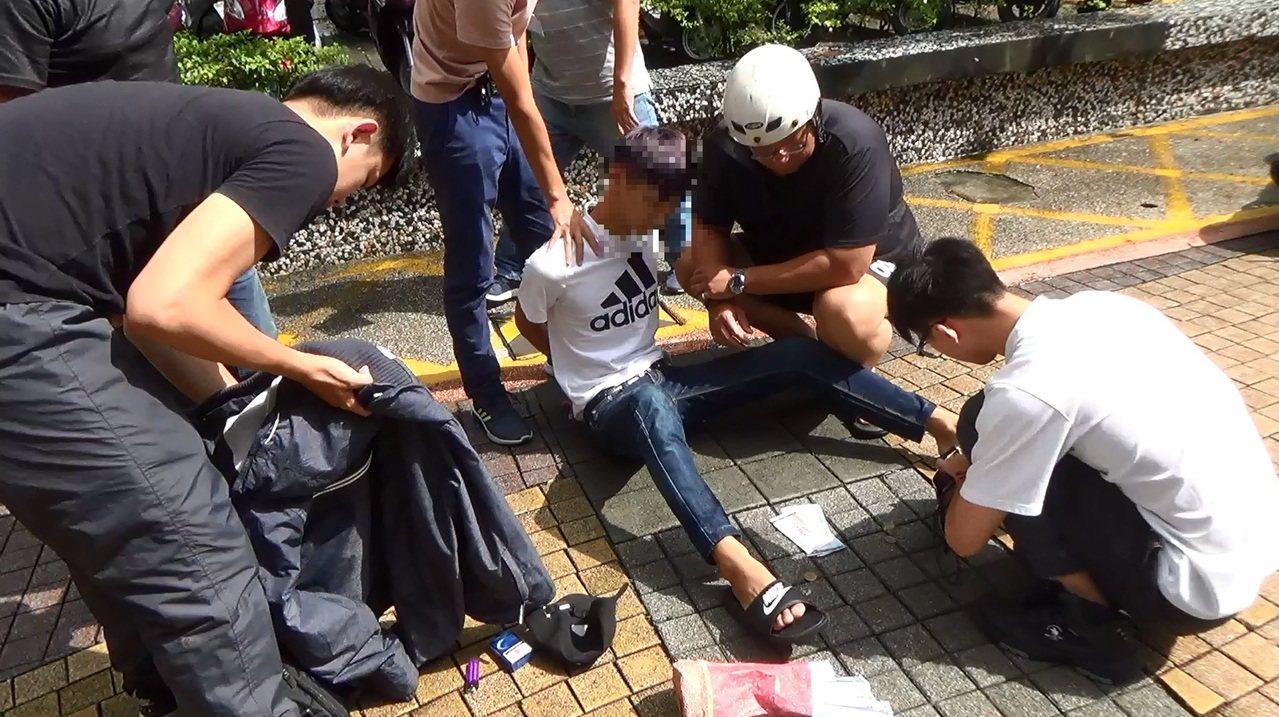 警方逮捕當詐騙集團車手的少年。記者林保光/翻攝