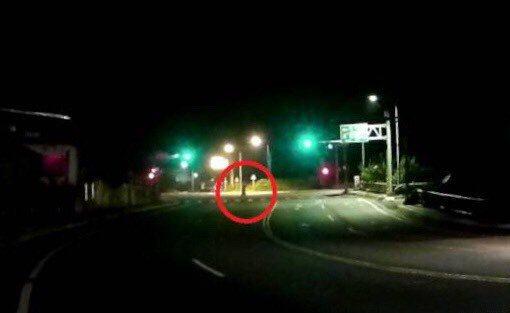10多歲少年在台62甲線閘道路口站在彎道中央動也不動,當時天色昏暗,景象讓員警也...