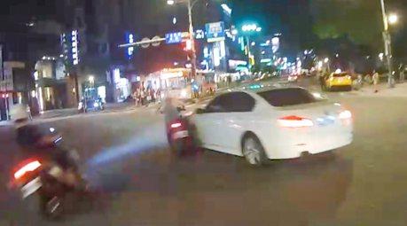影/BMW霸道左轉 2騎士猛撞「人飛起又重摔」