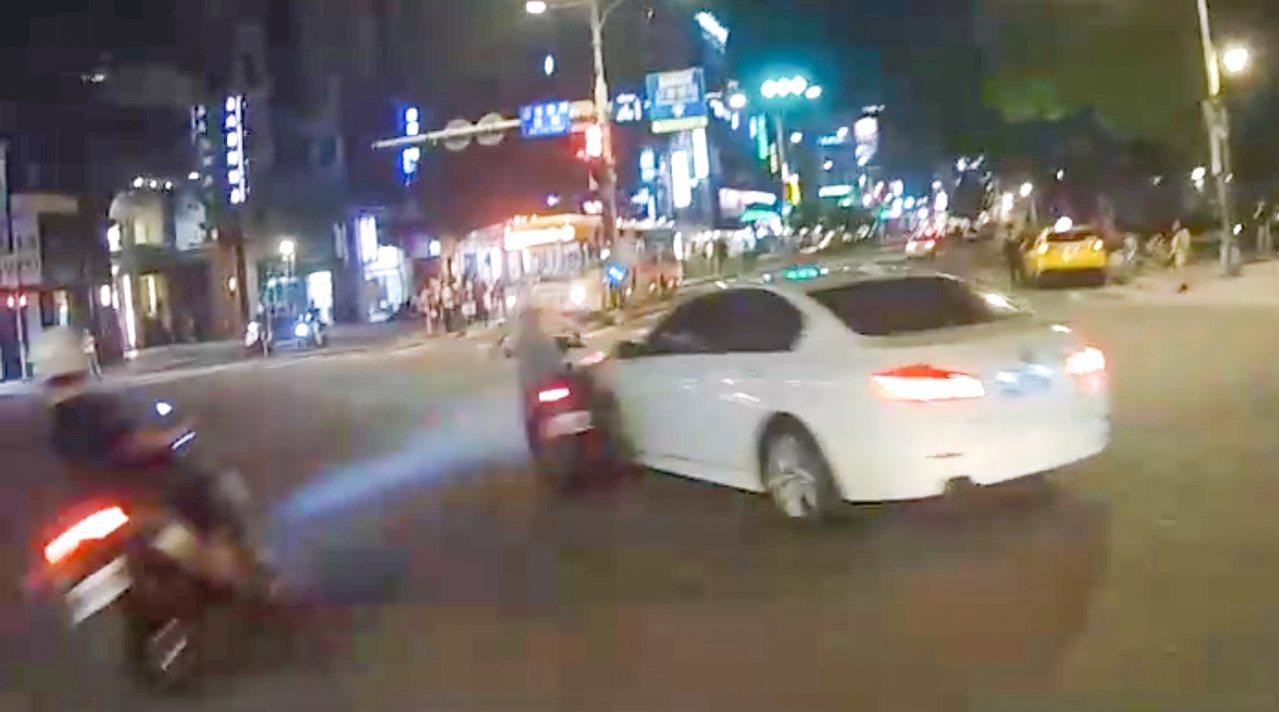 台北市南京東路一段昨發生BMW違規左轉,導致2騎士煞車不及撞上事故。記者蔡翼謙/...