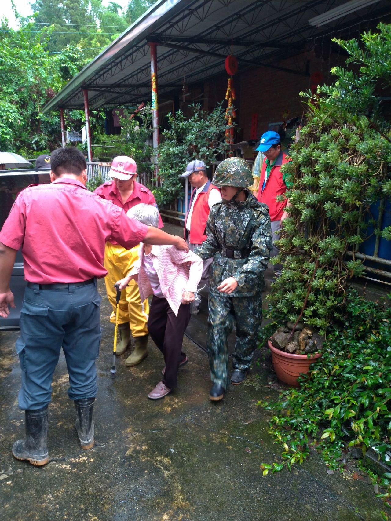 國軍協助甲仙居民撤離。圖/第四作戰區提供