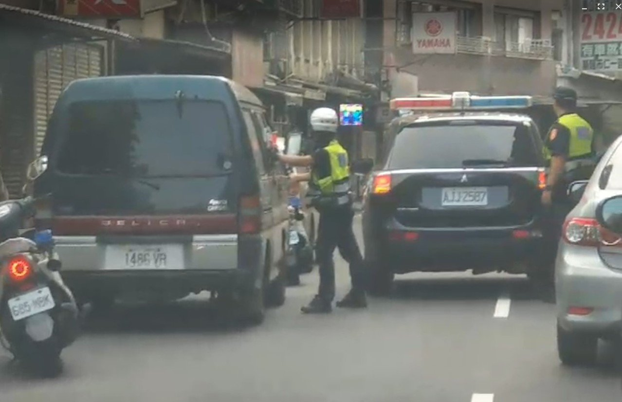 廂型車滿載8名外籍人士非法打工,違停撞見警餡露被逮。記者游明煌/翻攝