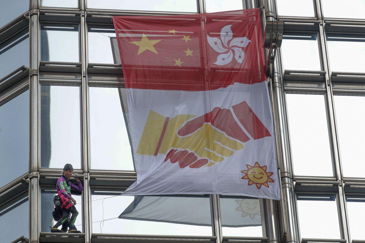 法國蜘蛛人羅伯特爬上香港長江集團大樓,呼籲香港政府與民眾協商、停止暴力。美聯社