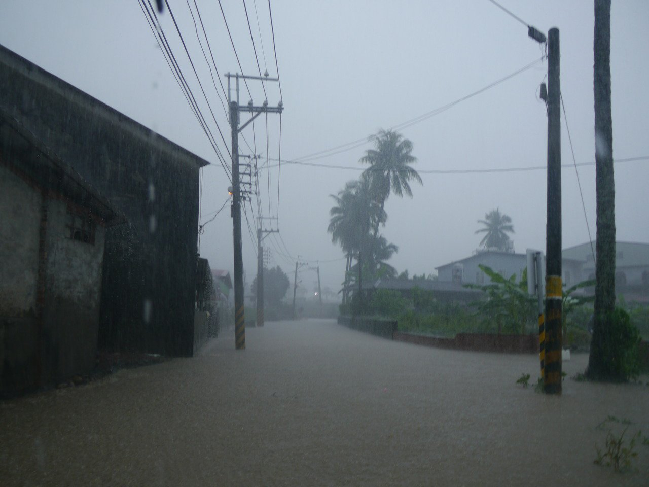 高市美濃區雨量不小,今天中午起停止上班上課。記者徐白櫻/攝影