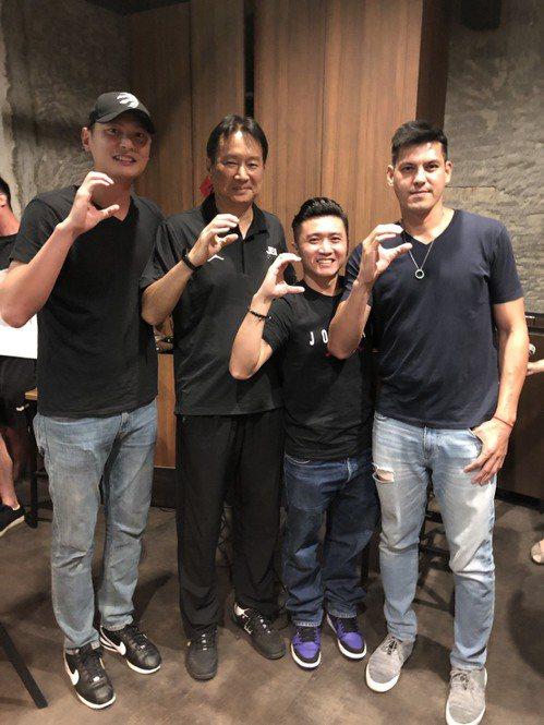 前達欣總教練范耿祥(右2)加入政大雄鷹教練團。圖/政大雄鷹會提供
