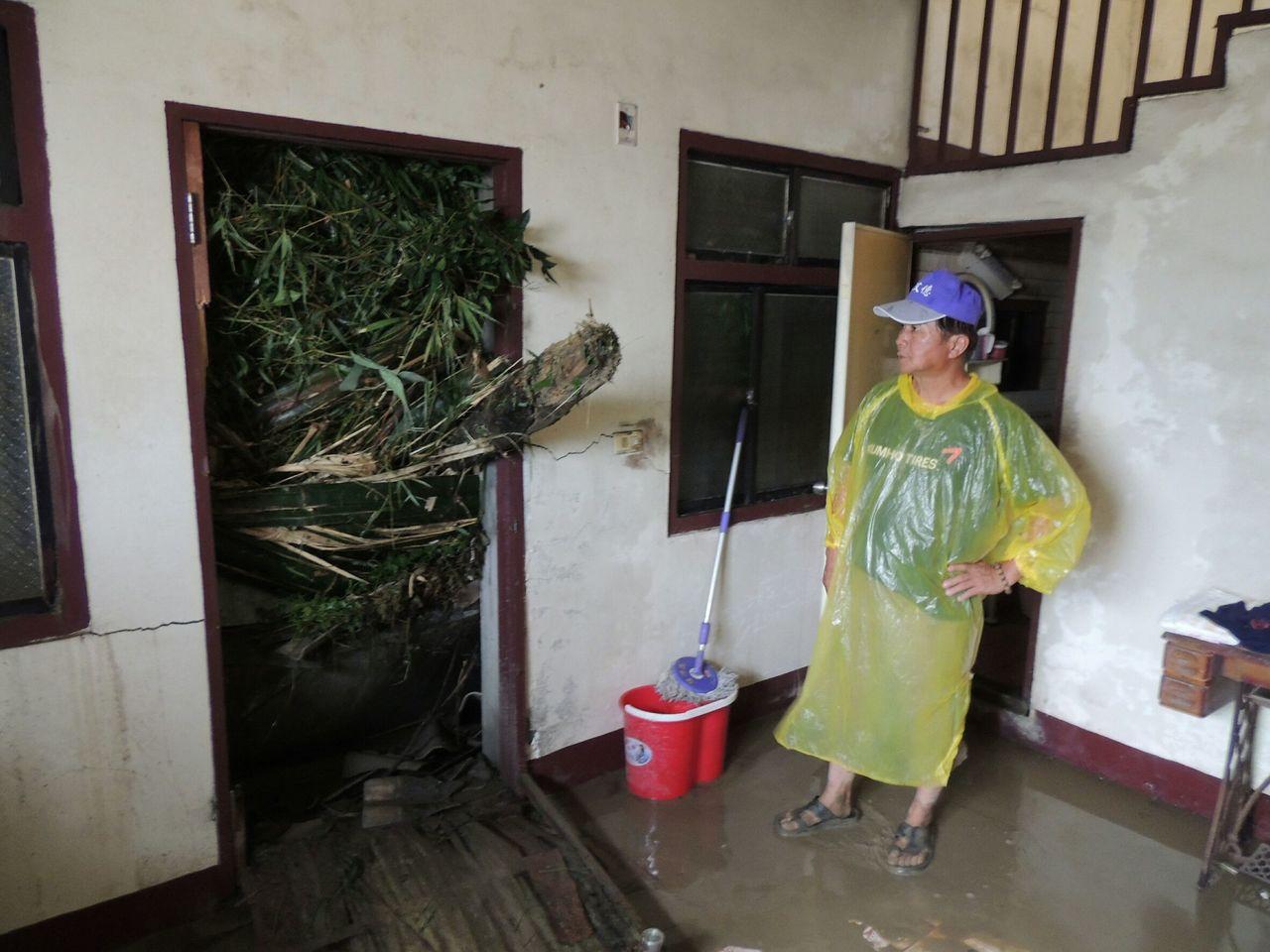 名間鄉仁和村爆發土石流,土石夾雜樹木直衝到民宅門口。圖/讀者提供