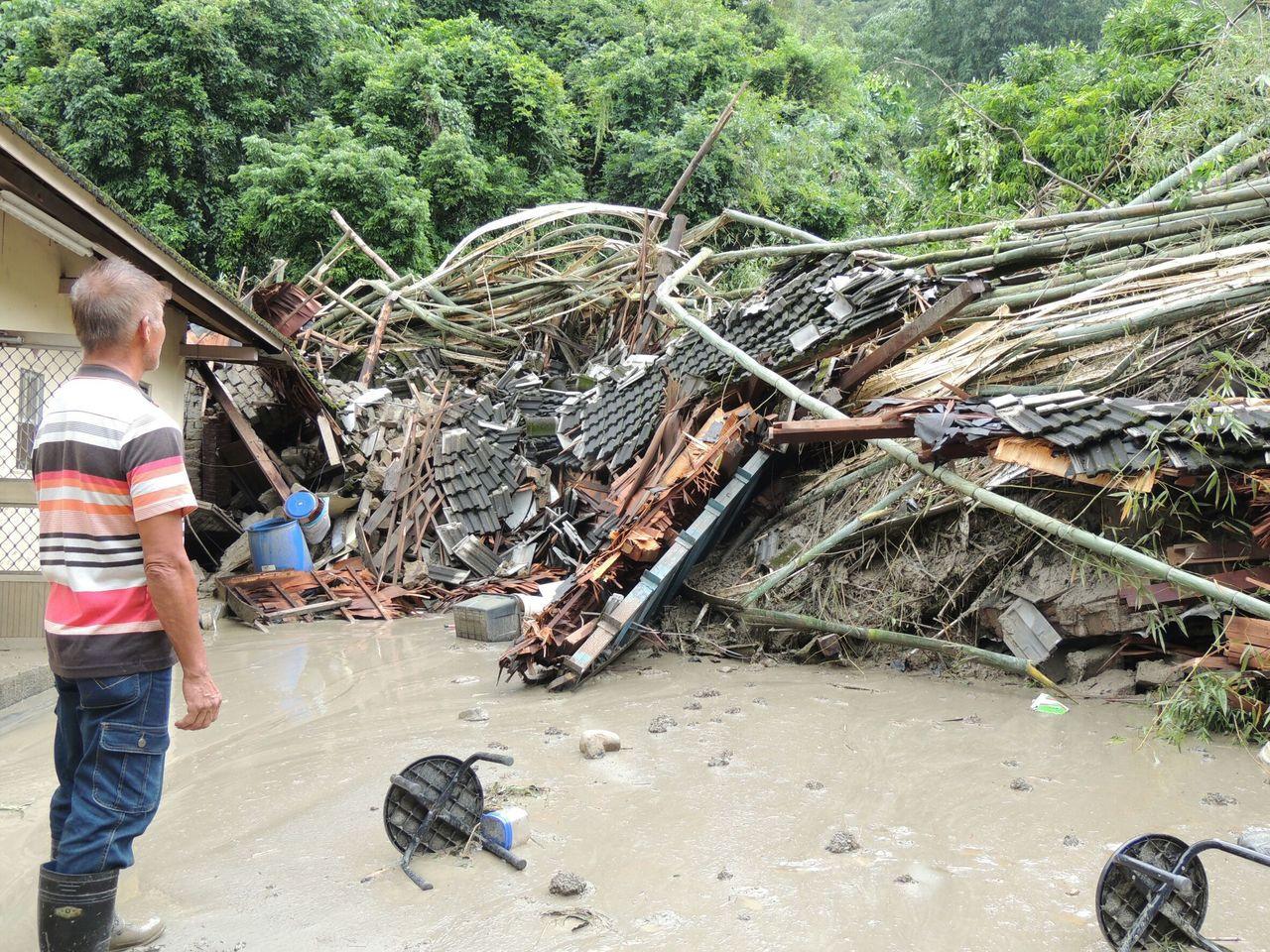 名間鄉仁和村爆發土石流,三合院被土石流衝垮,幸好無人受傷。圖/讀者提供